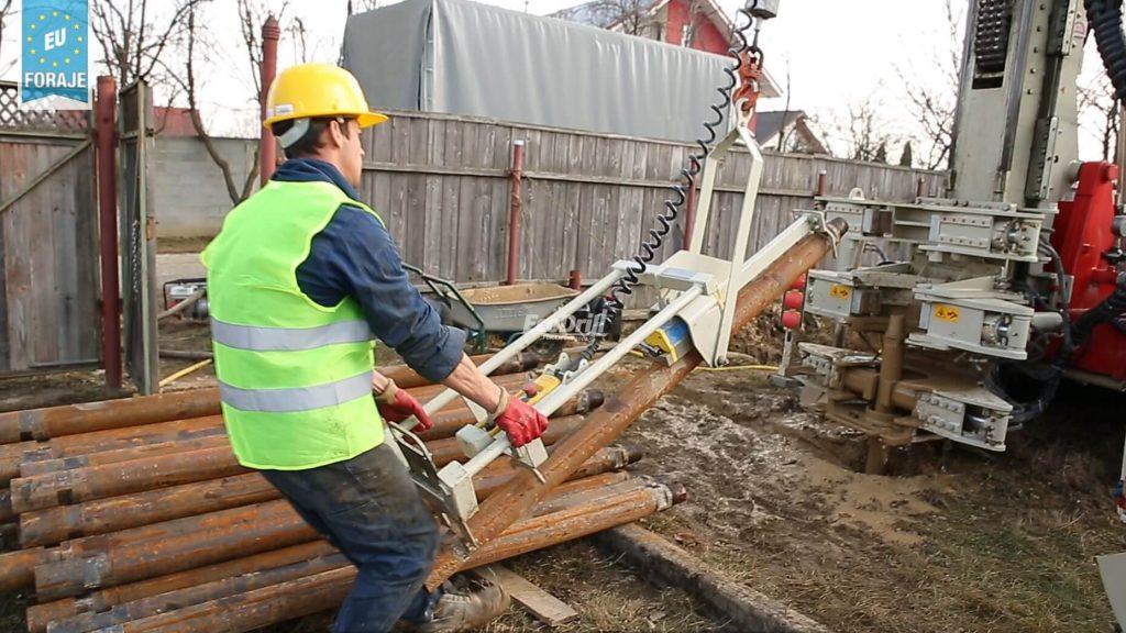 muncitor calificat lucreaza la utilajul de foraj pentru studii geotehnice
